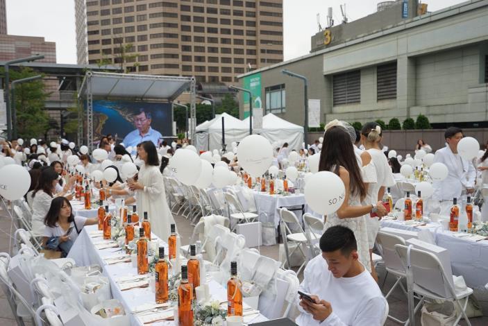 照片15.白色野餐在101大樓北方廣場舉行[開啟新連結]