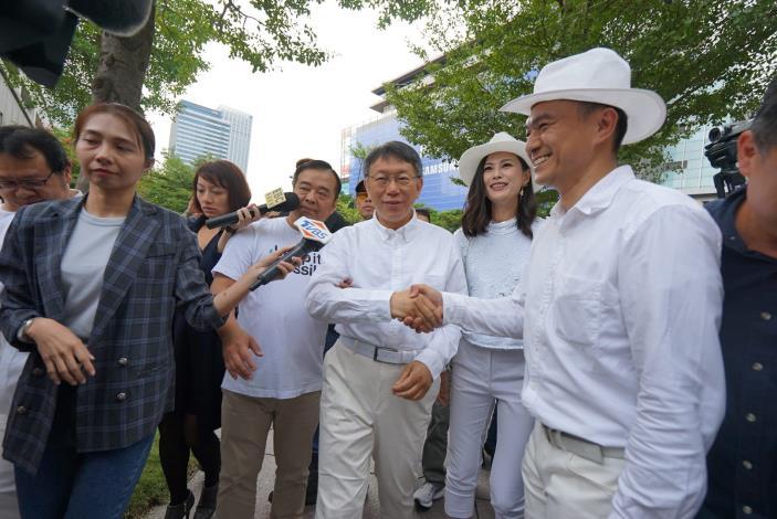照片8.市長參與白色野餐[開啟新連結]