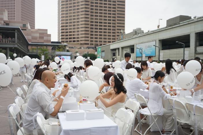 照片16.白色野餐在101大樓北方廣場舉行[開啟新連結]