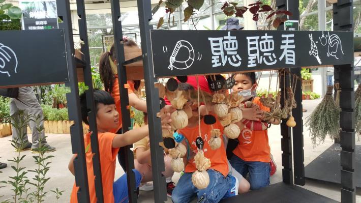 圖10.參觀初夏田園展的小朋友好奇又興奮的體驗蔬菜發出的不同聲音。[另開新視窗]