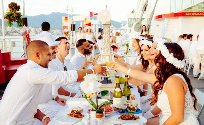 圖二、從場地布置到賓客服裝一律要求白色,配上野餐佳餚、白酒及露天饗宴,傳達戶外生活美學(照片提供:法國白色野餐_Le Dîner en Blanc)[開啟新連結]