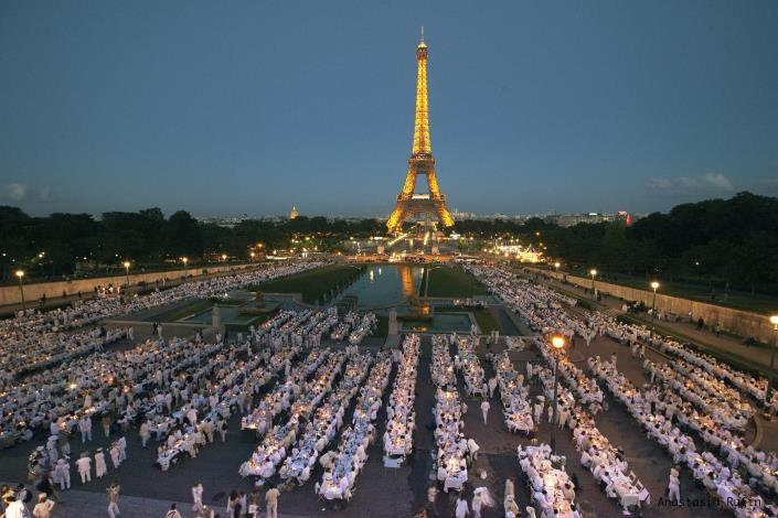圖一、法國白色野餐於2013年再度在起源地巴黎盛大舉行(照片提供:法國白色野餐_Le Dîner en Blanc)[開啟新連結]