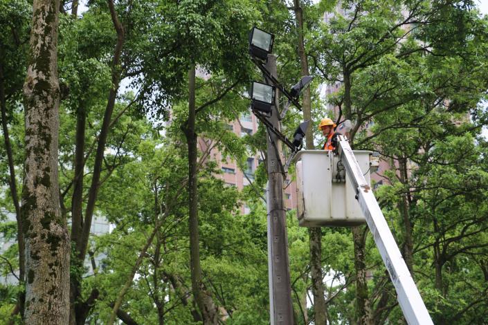 檢修球場路燈設備照片共2張[開啟新連結]