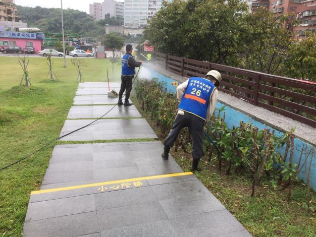 照片3:公園處環境維護人員檢視灌木叢有無異物[另開新視窗]