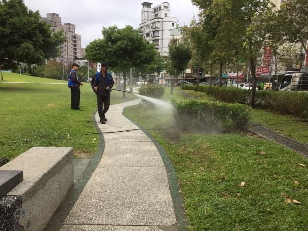 照片1:公園處環境維護人員使用高壓水柱清洗[另開新視窗]
