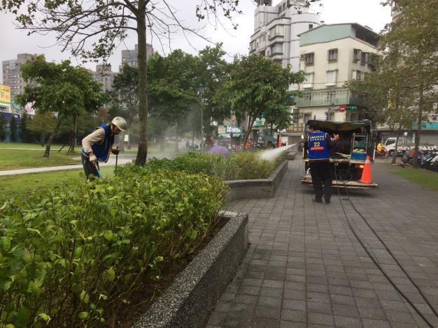 照片2:公園處環境維護人員檢查花台有無異物[另開新視窗]