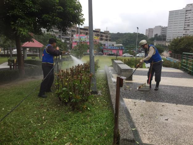 照片5:公園處環境維護承商清除使用區域雜物[另開新視窗]