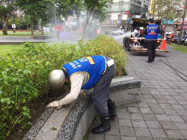 照片4:公園處環境維護人員地毯式檢視灌木叢有無異物[另開新視窗]
