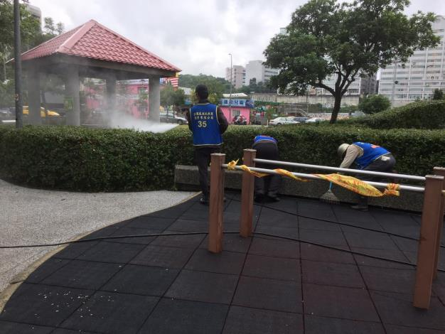 照片6:公園處環境維護人員細心檢查並清潔遊戲區[另開新視窗]