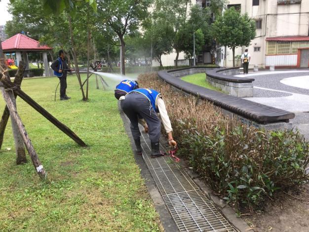 照片7:公園處環境維護人員徹底巡檢水溝狀況[另開新視窗]
