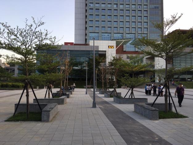 照片2.站前廣場設置休憩座椅,提供休憩及旅客停等之功能