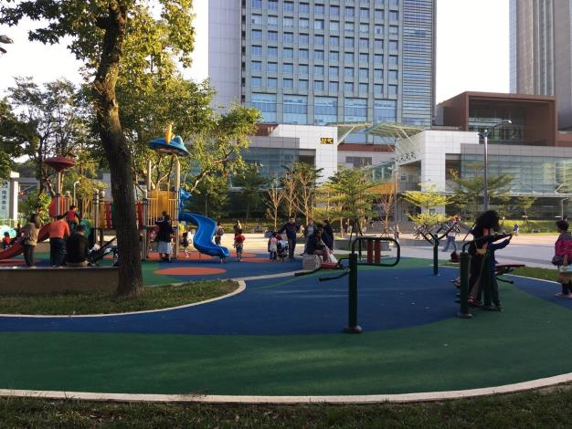照片4.遊戲場旁體健設施的增設,增加戶外活動的空間