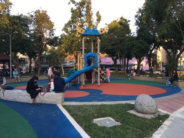 照片3.保留現有遊具,鋪設無縫地墊,使孩童更安全遊玩