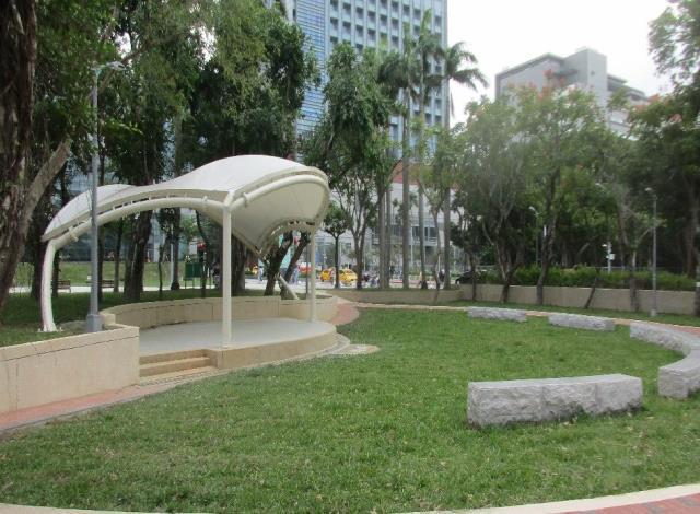 照片5.將原有的硬鋪面廣場,轉換為草地音樂會的滯洪草坡,增加綠意及保水