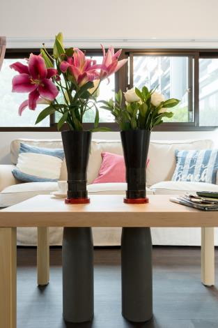 3.花瓶上的百合與玫瑰,象徵和平的(照片提供忠泰美術館)