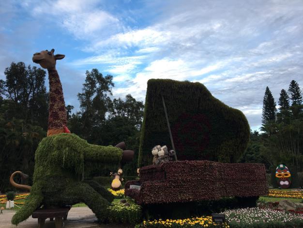 圖6   高8米的長頸鹿綠雕展現「非洲草原傳奇」.JPG
