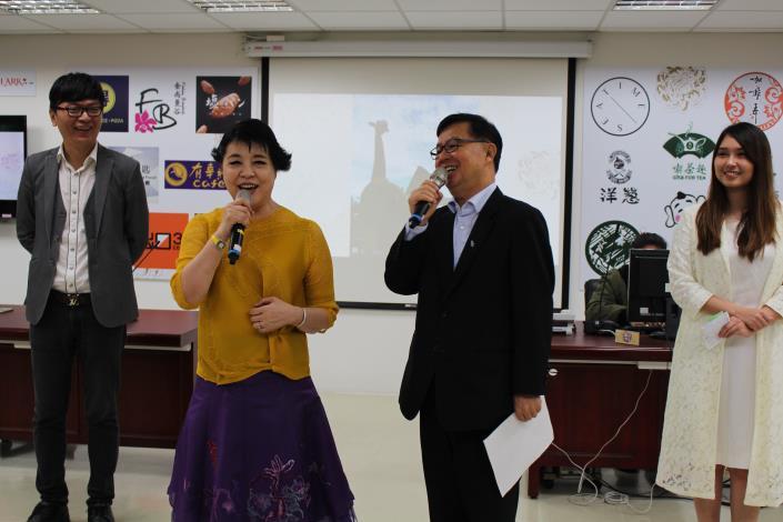 圖12局長與簡文秀老師獻唱望春風.JPG