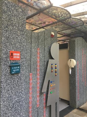 圖八、池上鳳珠老師設計之紓壓公廁女廁彩繪玻璃採光罩.JPG