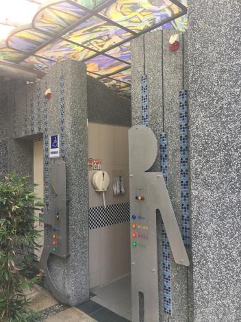 圖九、吳炫三老師設計之紓壓公廁男廁彩繪玻璃採光罩.JPG
