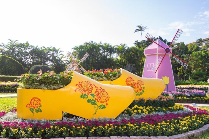 圖7. 彩繪菊花木鞋搭配鮮菊呈現「珍貴之愛~荷蘭木鞋」(攝至邱友文)