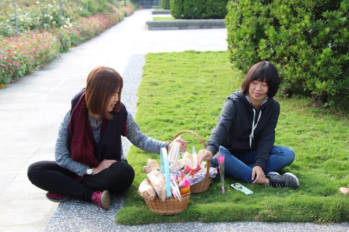 坐在草皮上也是種幸福.JPG