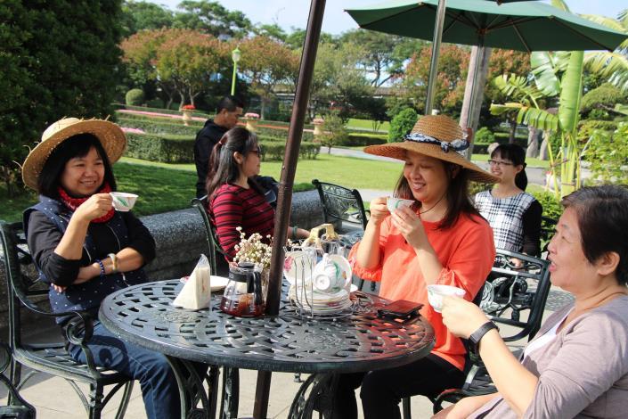 悠閒的在玫瑰園喝著下午茶.JPG