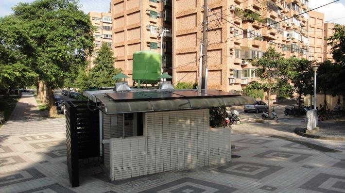 圖6、公廁屋頂太陽能板,每日約可提供2,000瓦電力