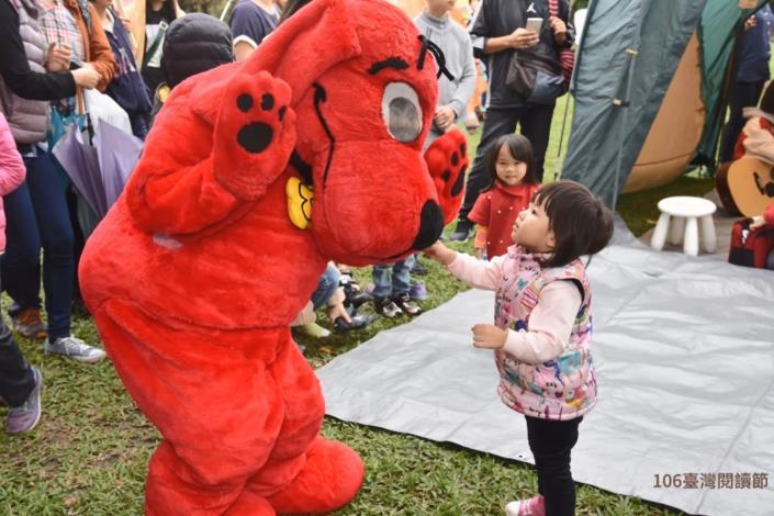 圖9.精彩回顧106臺灣閱讀節—孩童與布玩偶之對白