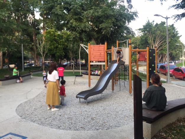 照片4榮華公園全新遊戲設施與礫石砂坑[開啟新連結]