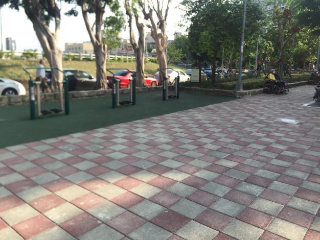 照片7  榮華公園改善後鋪面符合通用設計[開啟新連結]