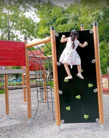 照片2  小朋友在榮華公園體驗遊戲場攀岩牆[開啟新連結]