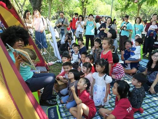圖7.森林故事村,大人小孩一起聽說故事