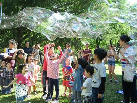 圖5.森林科普樂,孩子們開心與泡泡互動