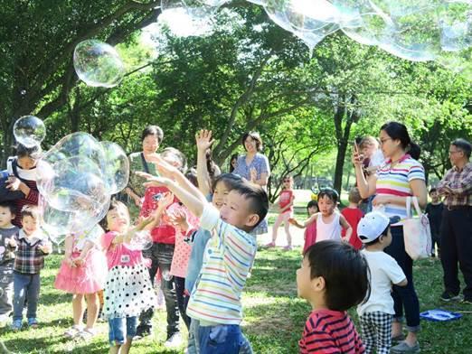 圖6.家長們假日帶著孩子走出戶外,來公園玩科學[開啟新連結]