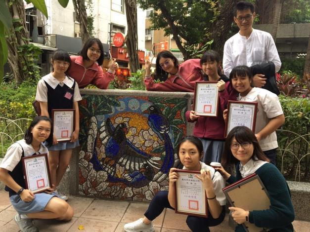 圖4.學生們開心與自己完成的作品合照
