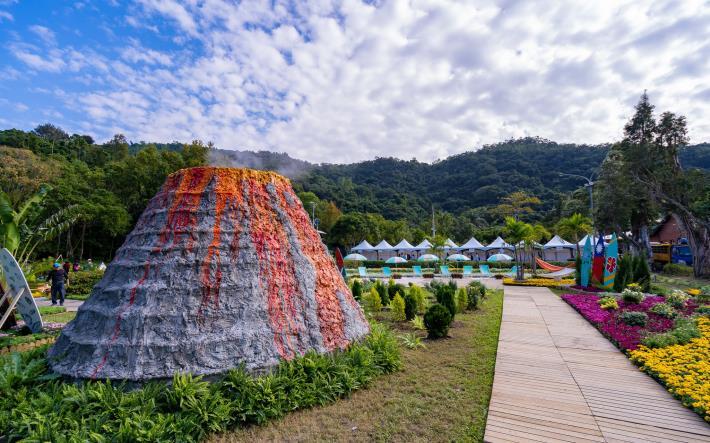 圖2. 火山及沙灘搭配菊花展現夏威夷風情[另開新視窗]
