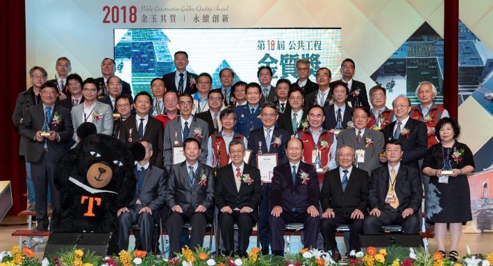 照片13.陳建仁副總統與得獎工程團隊合影