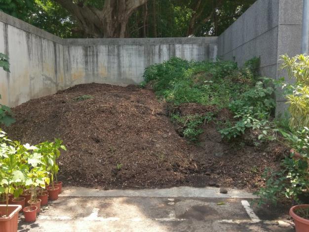 (圖2)堆置場,土壤改良劑堆製中