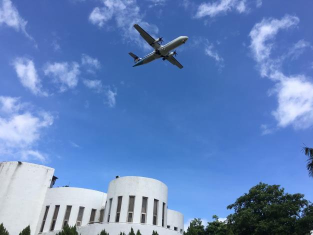 圖4、在園區可以近距離看到飛機從頭上飛過.JPG[開啟新連結]