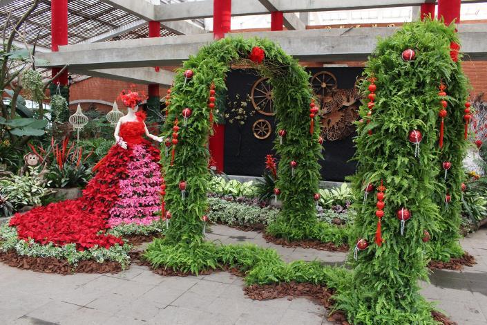 圖4. 喜氣的舞者穿越年節花卉拱門與你一同花開富貴迎好年 攝自李佳佳.JPG[開啟新連結]