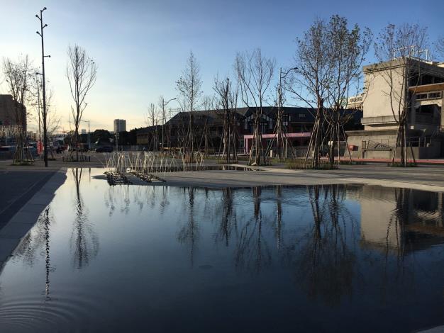 圖7.鏡面水池以襯托出三井倉庫歷史的倒影[開啟新連結]