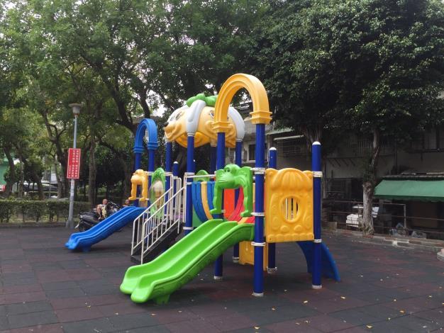 圖2.社正公園兒童遊具修繕後符合CNS規範小朋友可安心使用