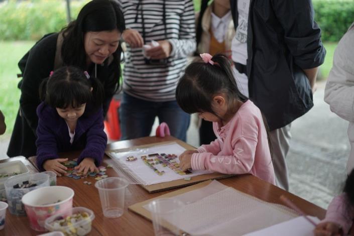 照片1.「我的遊戲小島」兒童遊戲工作坊於最後一場工作坊讓小孩留下自己的馬賽克作品[另開新視窗]