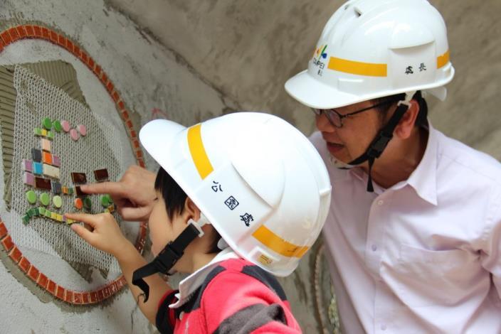 照片3.公園處長協助小朋友擔任工程師完成自己作品黏貼於現場.JPG[另開新視窗]