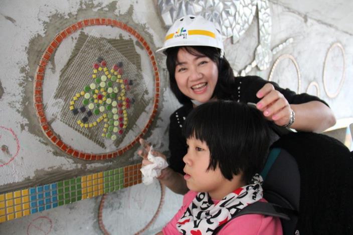 照片4.輪椅小朋友與媽媽一起貼上自己的馬賽克作品.JPG[另開新視窗]