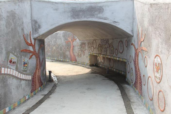 照片15.象徵火車隧道的牆面充滿小朋友創意童趣.JPG[另開新視窗]