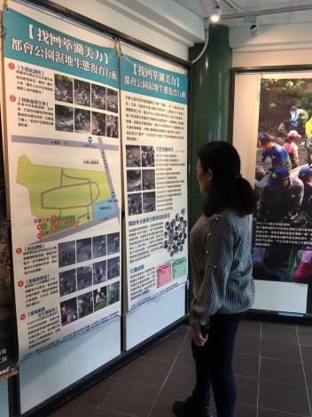 圖3.駐足觀賞海報