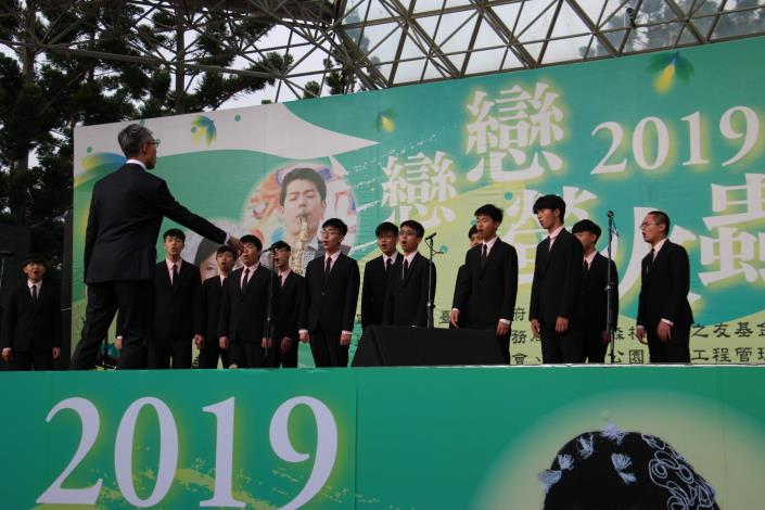 圖5.建國中學合唱團以合唱搭配現代舞蹈使台下觀眾耳目一新.JPG