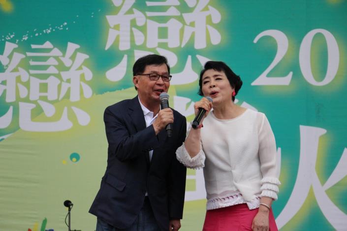 圖3.彭副市長及簡老師一同合唱「媽媽請你要也保重」提前祝在場媽媽母親節快樂.JPG