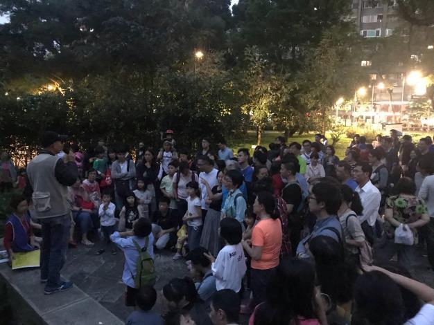圖10、非常多的民眾都前來共襄盛舉,全家大小一起欣賞螢火蟲的美。